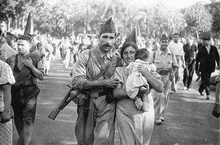 Familia miliciana by Agustín Centelles